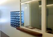 Mostradores Recepciones en madera barnizada