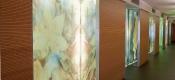 Paneles decorativos en madera barnizada
